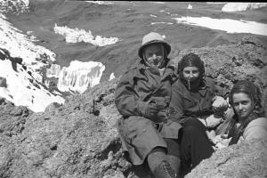 Jiří Hanzelka a Miroslav Zikmund, výstup na Kilimandžáro 1948 spolu s Helenou Lukešovou a Ruth Lányovou. Muzeum jihovýchodní Moravy Zlín, Archiv H+Z